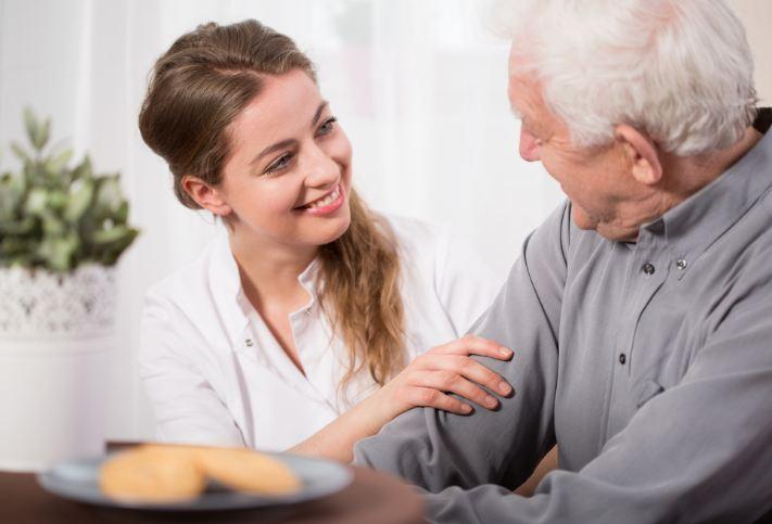 сиделка с престарелым мужчиной