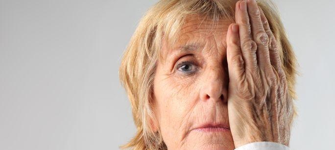 старая женщина с проблемой зрения